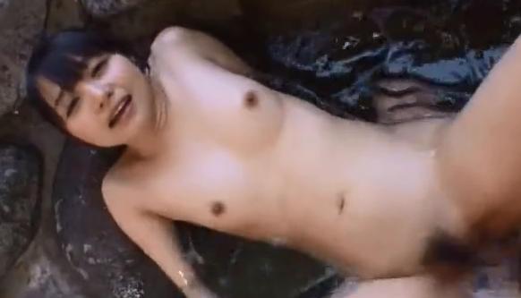 美少女が水着姿のままバイブを挿入されて絶頂させられる